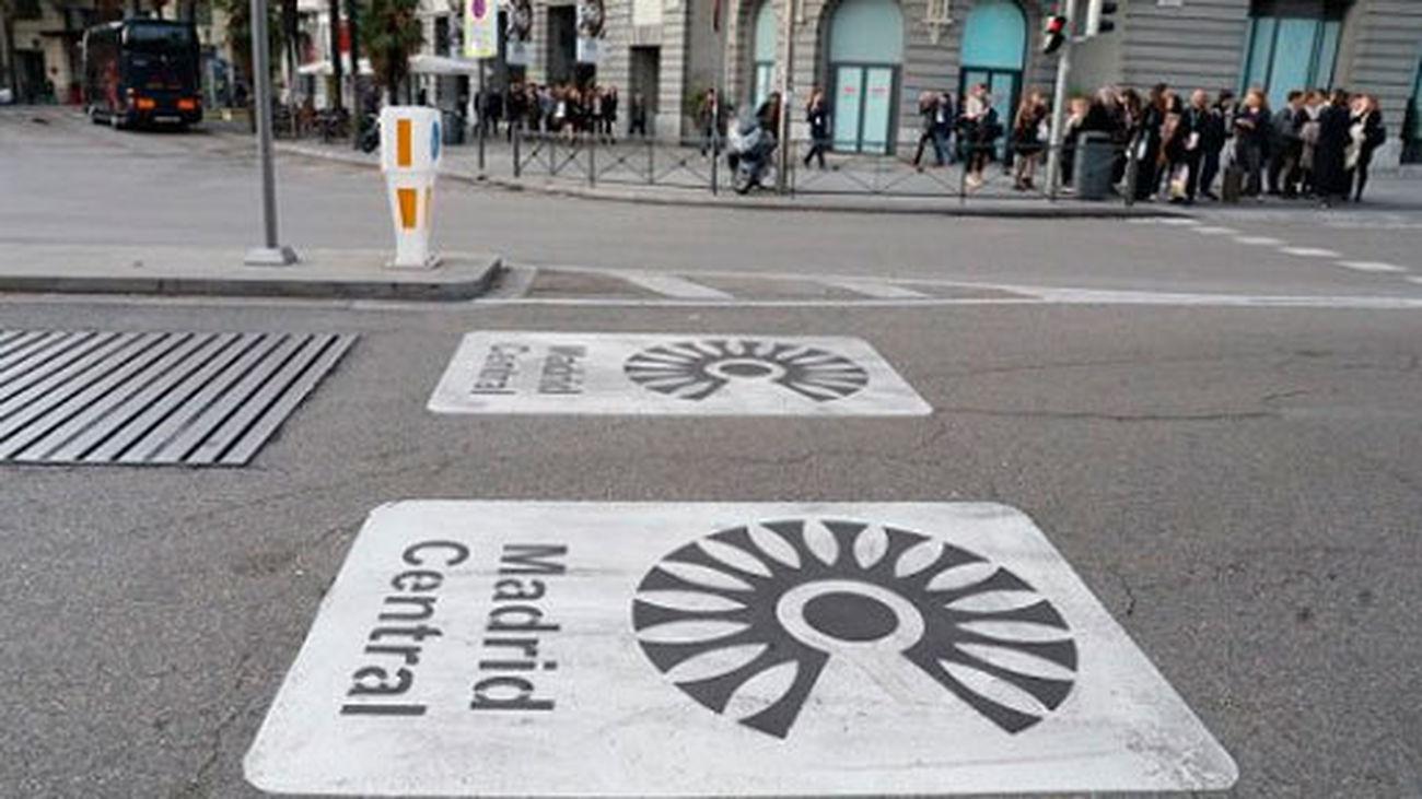 Señales en la calzada advirtiendo del inicio de la zona de bajas emisiones de Madrid Central