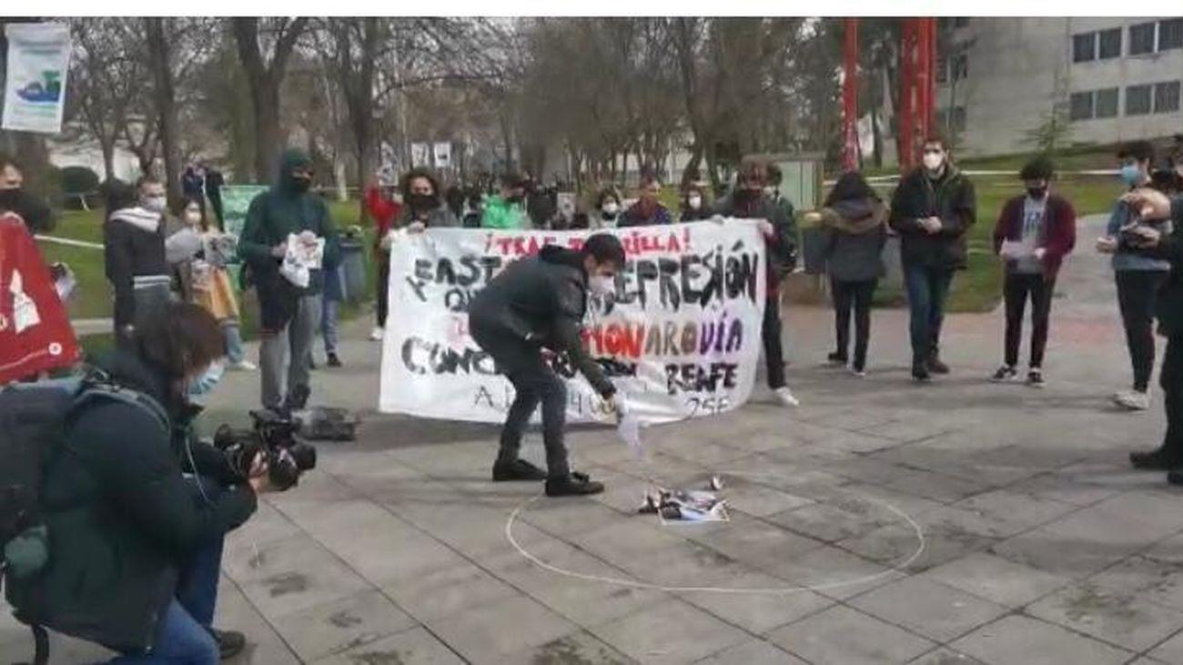 Alumnos de la Universidad Autónoma queman fotos de Felipe VI y Juan Carlos I