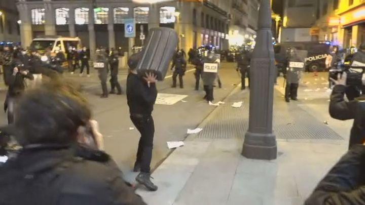 Dos detenidos, uno menor de edad, por agredir a una policía en los disturbios en Madrid por el rapero Hasel