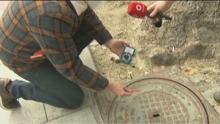 Nuevas quejas por los calambres de la alcantarilla 'electrificada' de la calle Ferraz