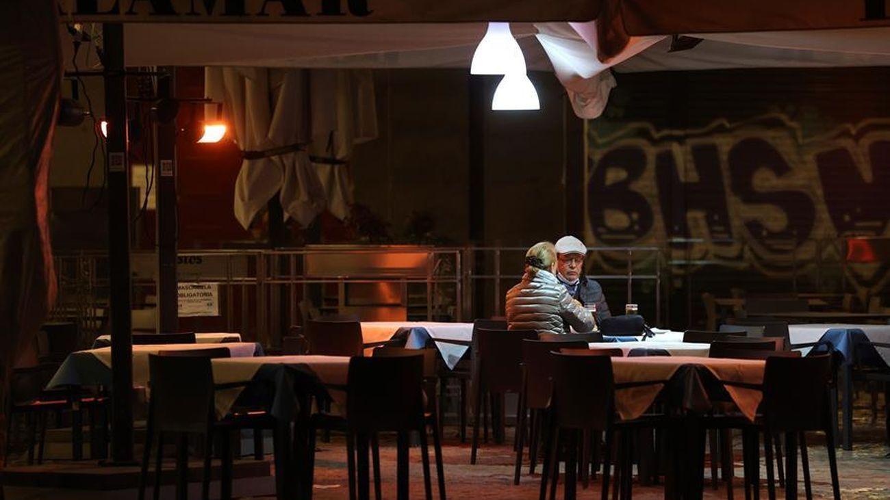 Dos personas en la terraza de un bar de Madrid
