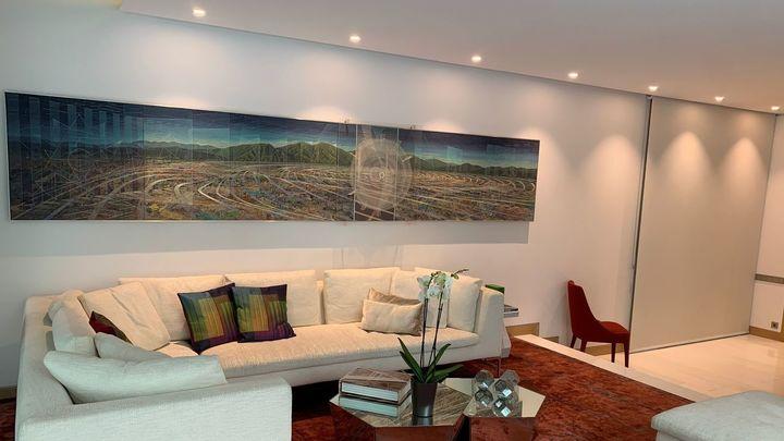 Como nuestra anfitriona es venezolana, tiene un enorme cuadro en el salón del lugar donde ella vivía en Caracas.