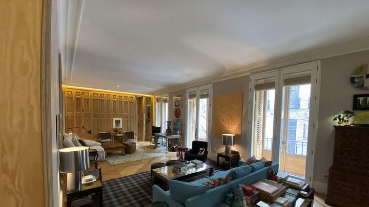 Este es el espectacular salón de esta vivienda, que tiene más de 200 años de antigüedad. Su propietario es un diseñador de interiores.