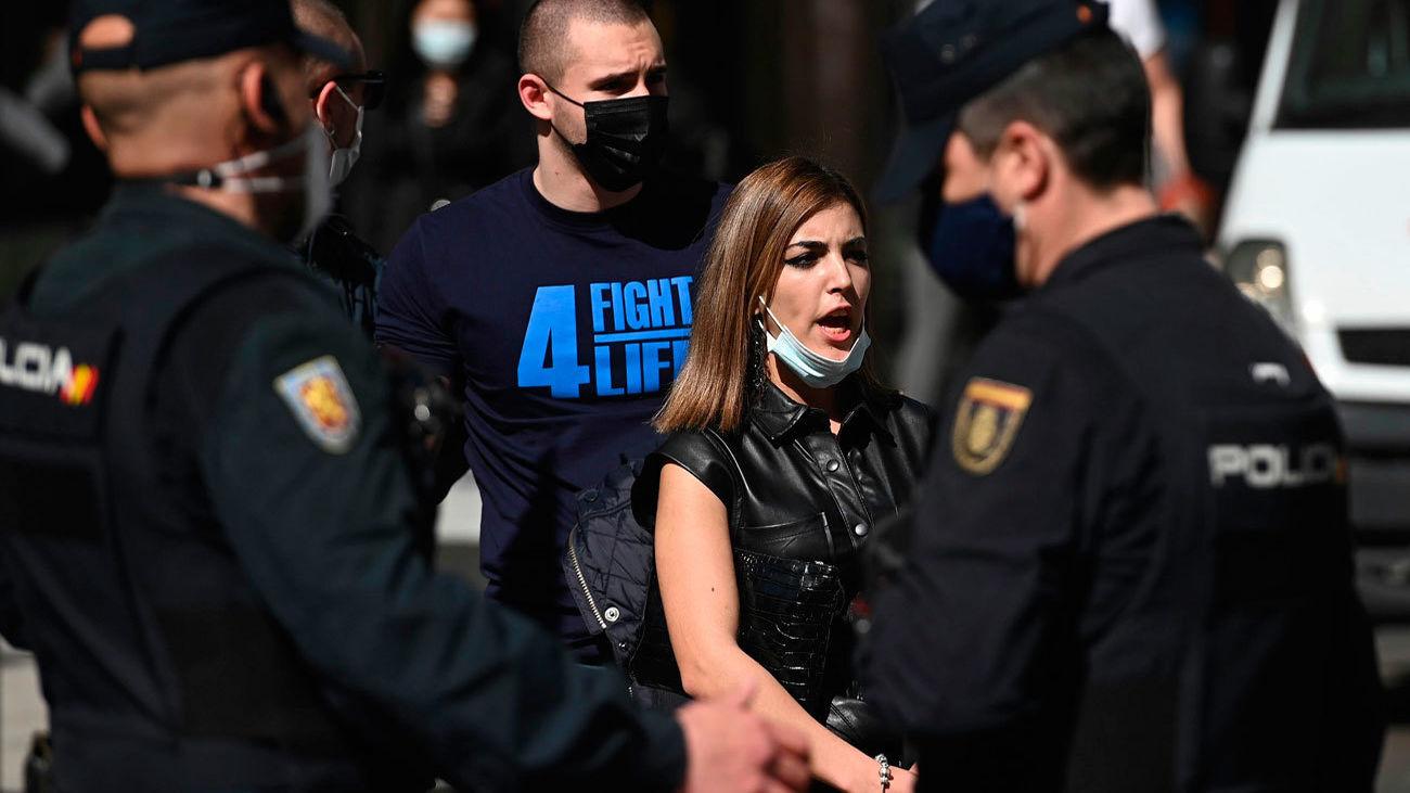 Un detenido en la manifestación por la sanidad pública en Madrid tras un enfrentamiento con un grupo de extrema derecha