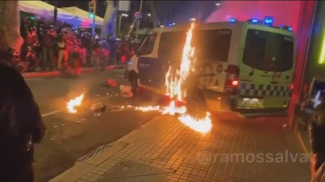 Prenden fuego en Barcelona a una furgoneta de la Guardia Urbana con los agentes dentro