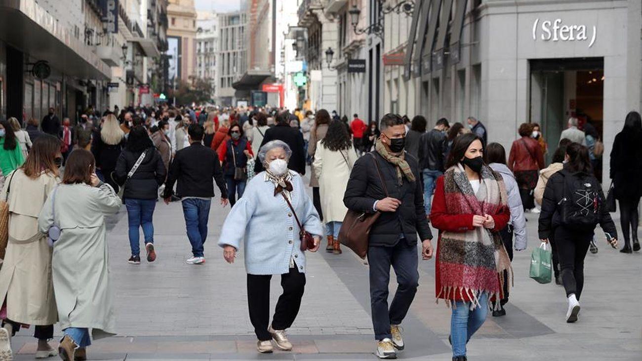 Varias personas paseando por el centro de Madrid