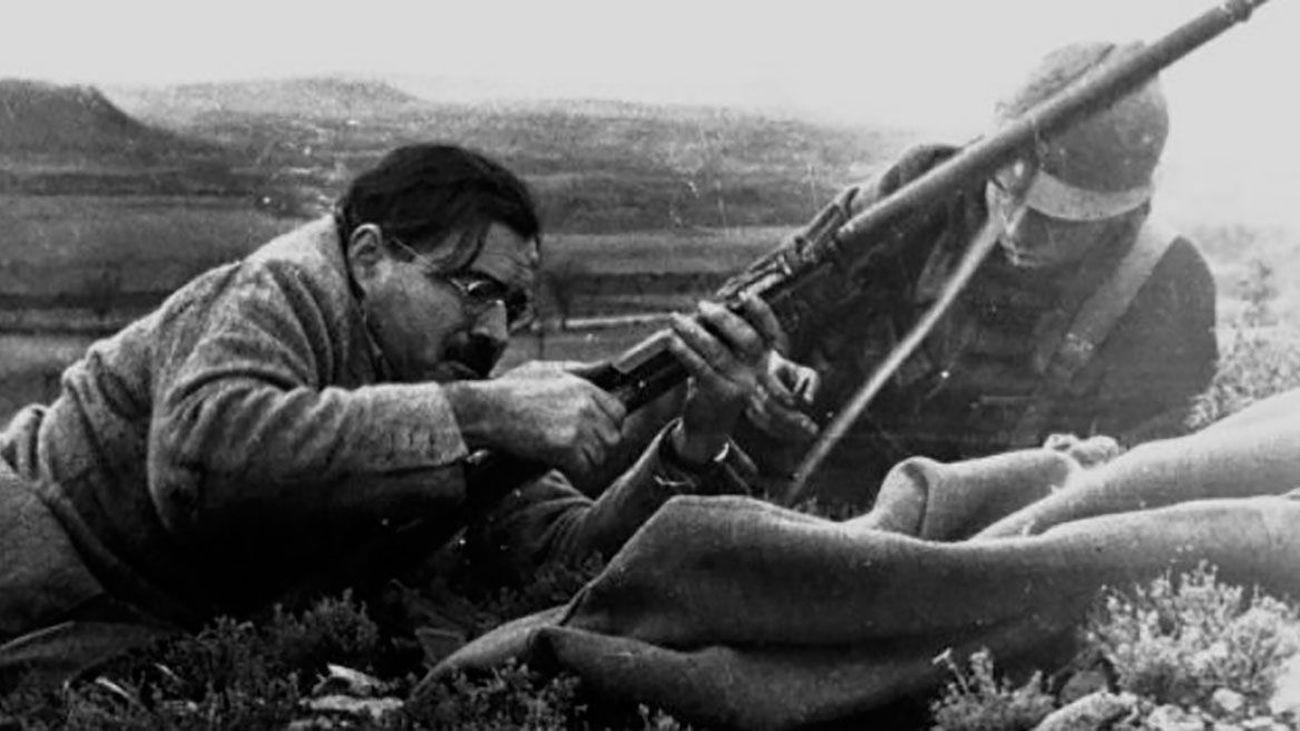 Ernest Hemingway, con un fusil, en la Batalla del Jarama