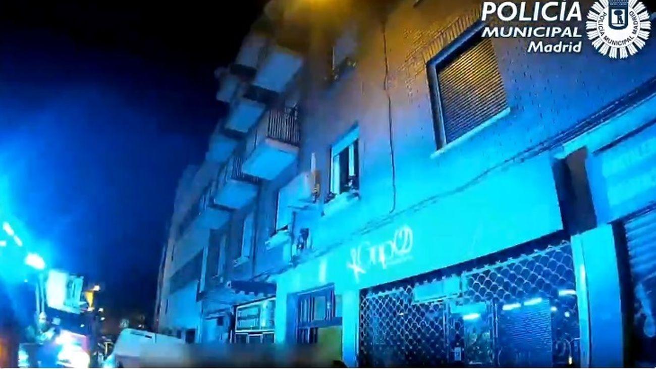 Rescatada en Ciudad Lineal una joven que quedó enganchada en una antena al caer desde la terraza en una fiesta ilegal