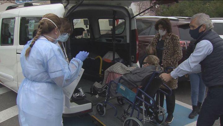 Taxis solidarios trasladan a mayores para su vacunación