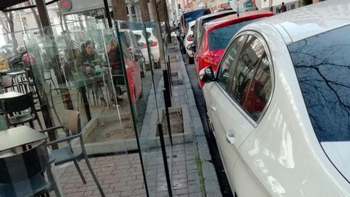 Vecinos  denuncian la ocupación por las terrazas de la calle Ibiza sin dejar paso a los peatones