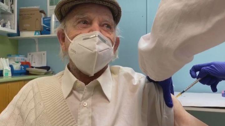 Dionisio, el ilustre hombre del tiempo de Mataelpino, se vacuna
