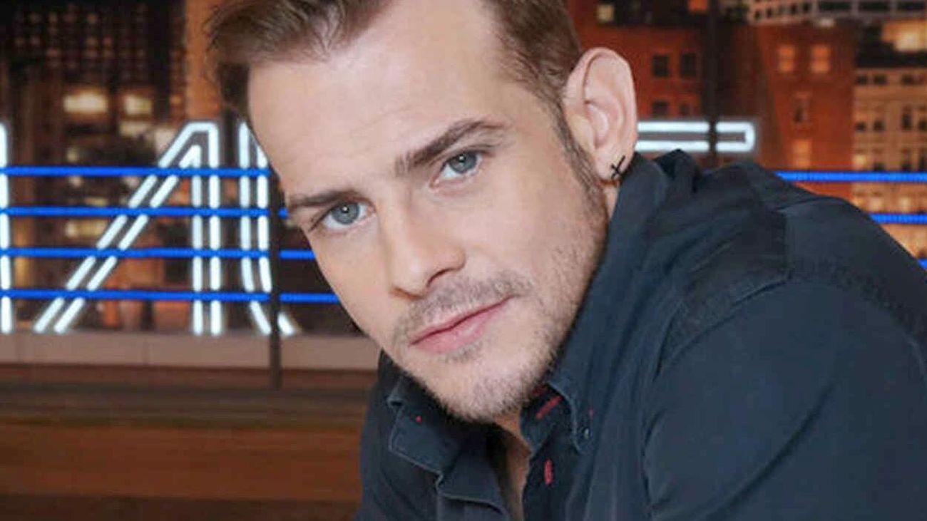 Muere el cantante de 'Operación Triunfo' Alex Casademunt en un accidente de moto.