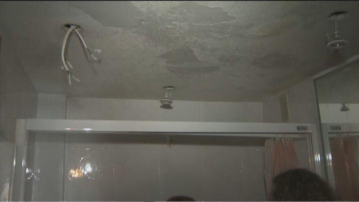 Seis meses con el piso inundado por una 'megagotera' en Ciudad Lineal