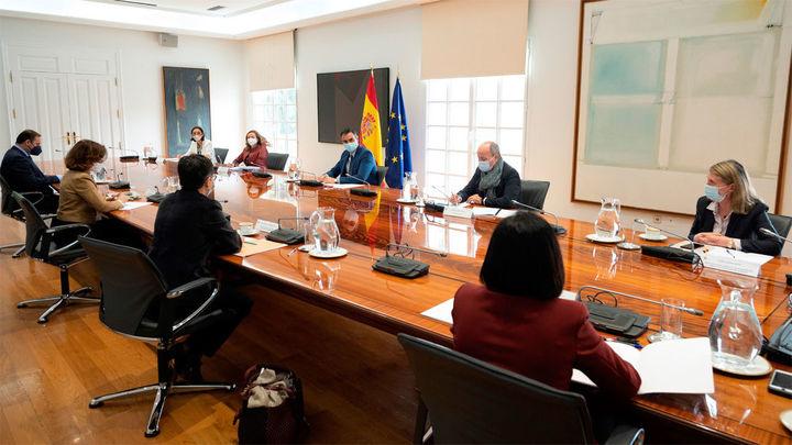 Cumbre en Moncloa para respaldar el pasaporte de vacunación antes del verano