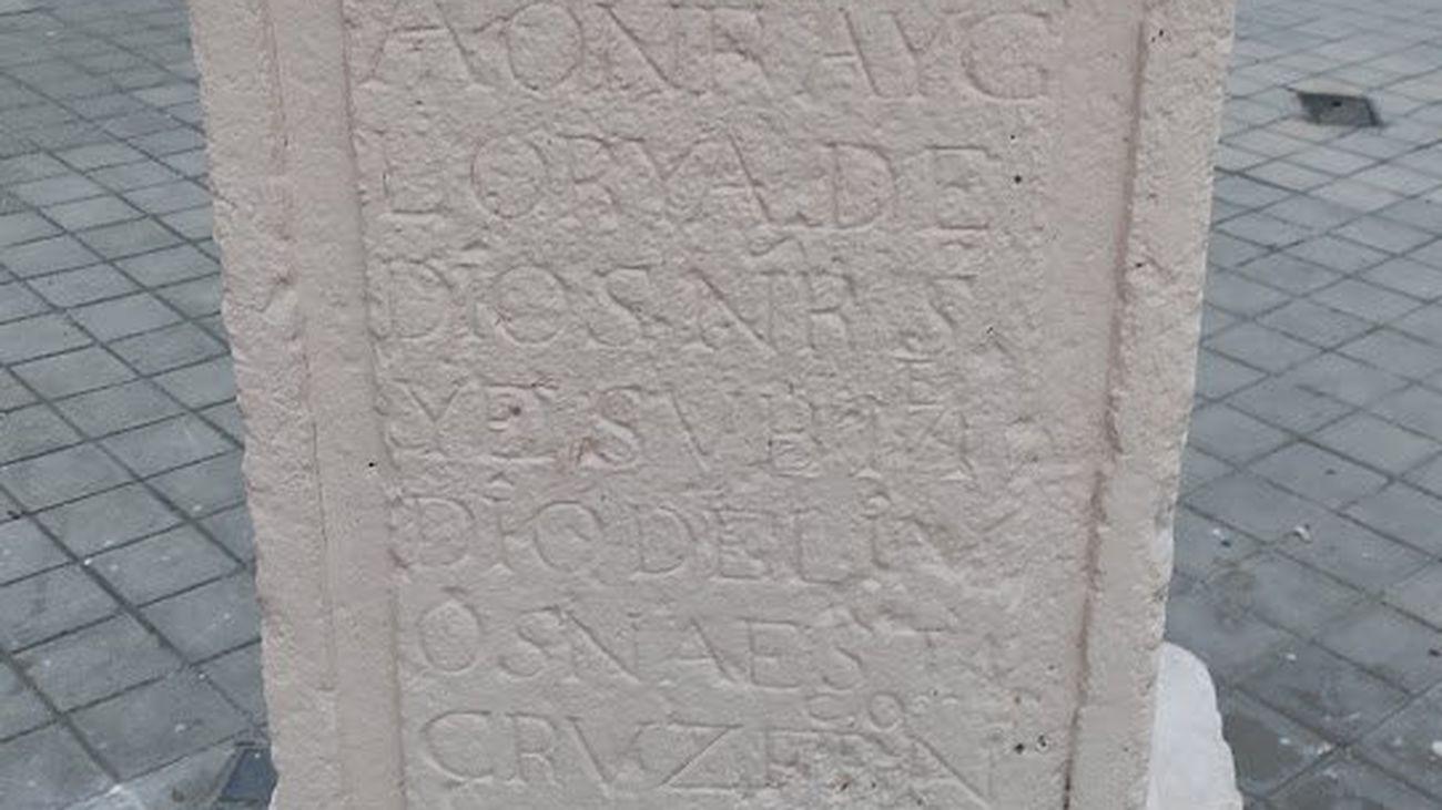 Inscripciones blanqueadas en la base del humilladero