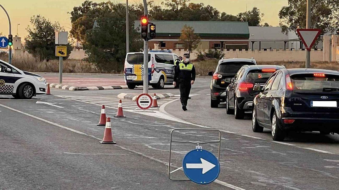 Agentes de tráfico de la Comunidad Valenciana vigila el cierre perimetral