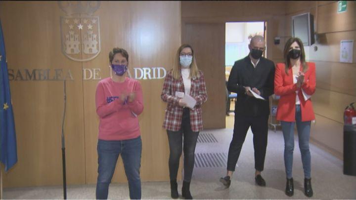 Todos los grupos de la Asamblea de Madrid, salvo Vox, leen fuera del hemiciclo una declaración por el 8-M