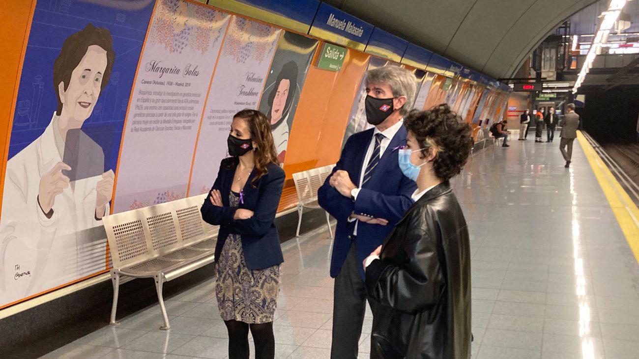 Silvia Roldán, Angel Garrido y Teresa García Hermida en la estación de Manuel Malasaña