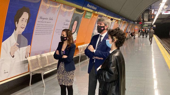 Metro decorala estación de Manuela Malasaña con retratos y reseñas de 18 mujeres pioneras