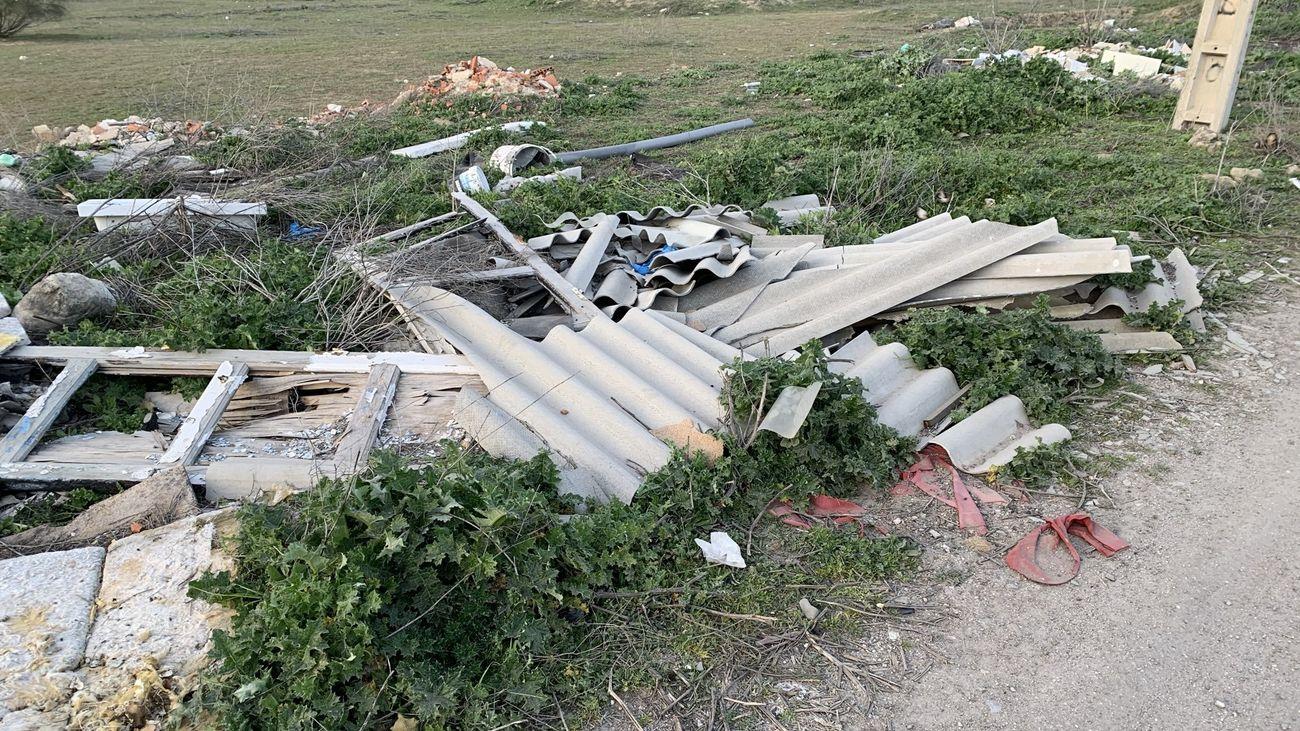 Ecologistas denuncian la acumulación de restos de materiales con amianto cerca del Parque Tecnológico de Leganés