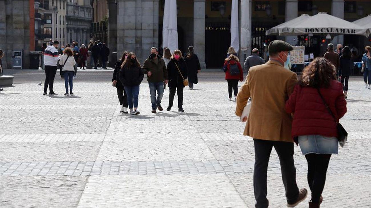 Varias personas paseando por la calle en Madrid