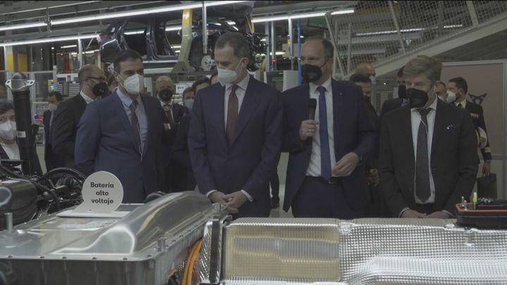 """El Rey destaca que la planta de baterías en Barcelona es """"señal inmejorable de compromiso"""" con el sector en España"""