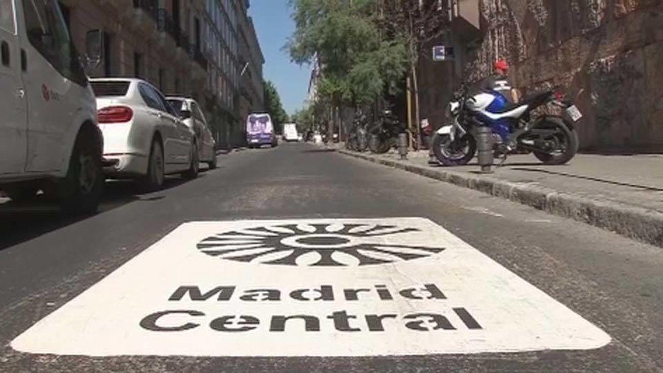 Indicativo en la calzada de entrada a la zona de bajas emisiones de Madrid Central