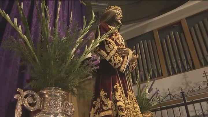 Los devotos de Jesús de Medinaceli se quedan sin poder besar la imagen, pero pueden subir a su camarín