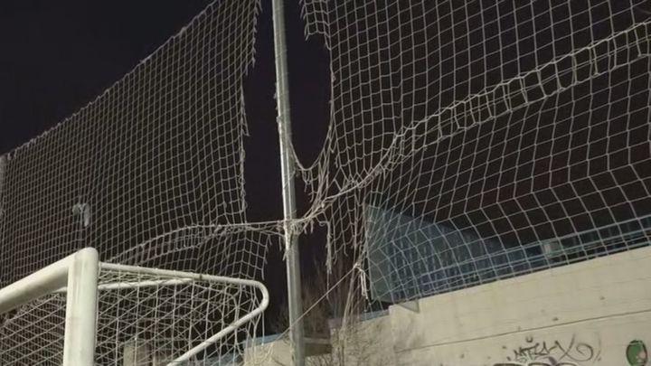 Porterías rotas, socavones y banquillos destrozados, el pésimo estado de un campo de fútbol de Coslada