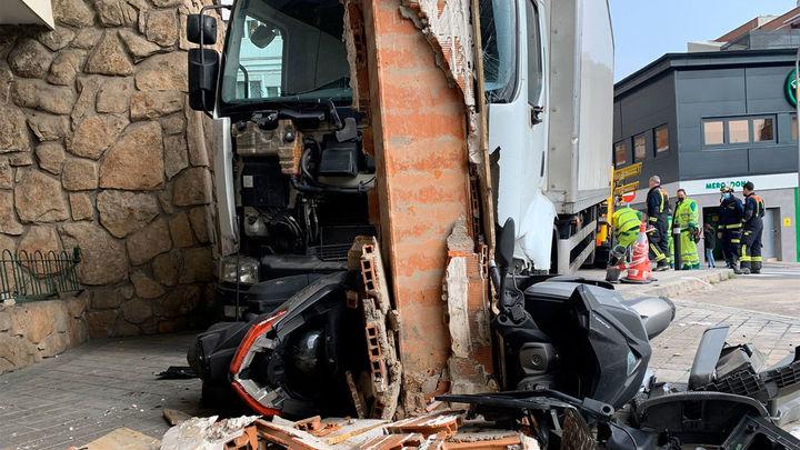 Un camionero pierde los frenos y se empotra contra un edificio en la plaza Reyes Magos de Madrid