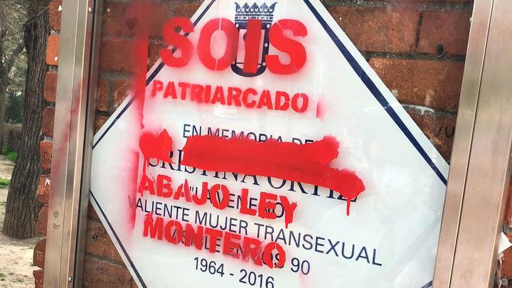 """Vandalizan la placa de 'La Veneno' con el mensaje """"abajo Ley Montero"""""""