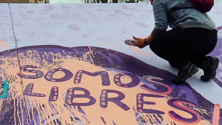 Jóvenes y vecinos acuden a pintar el mural feminista vandalizado en Alcalá de Henares