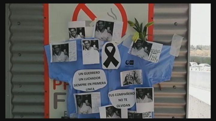 Velas, flores, fotos y mensajes de recuerdo para Sergio en la puerta del hospital de Alcalá