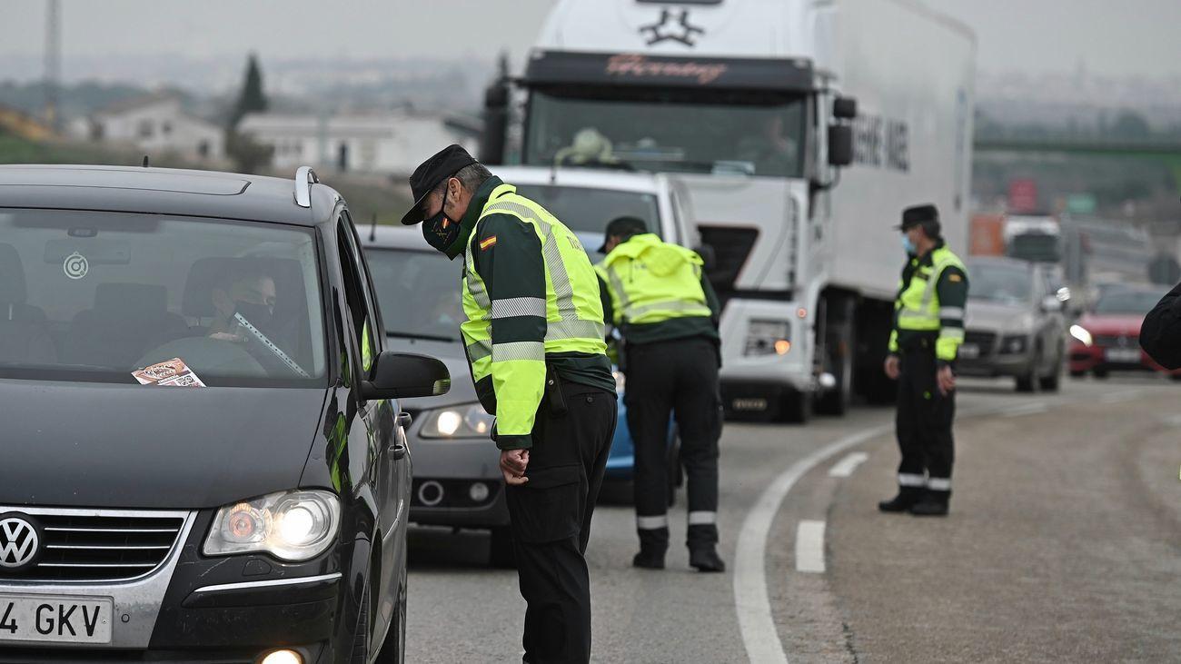 Agentes de la Guardia Civil realizan controles en una carretera