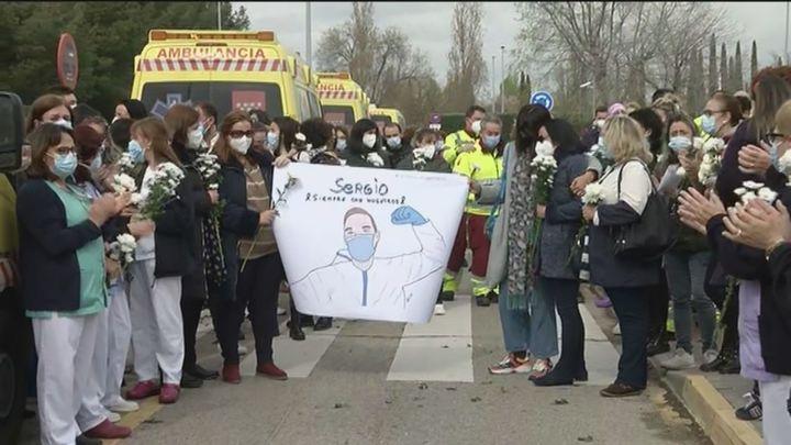 Minuto de silencio en el hospital de Alcalá de Henares en recuerdo del enfermero asesinado por un conductor de ambulancia