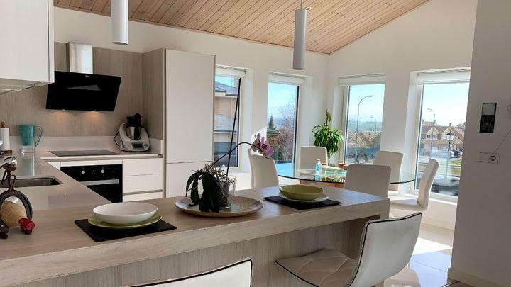 Y la cocina, unida al salón, también es de madera...