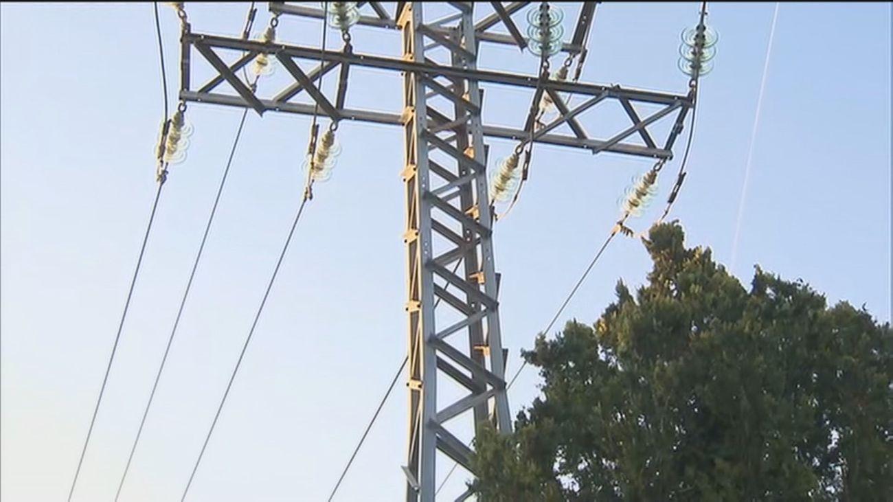 Vecinos de Pozuelo denuncian que llevan 30 años viviendo con el peligro de unas torres de alta tensión encima de sus casas