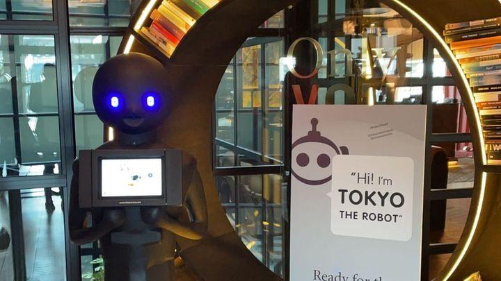 """Tokyo, el """"robot adivino"""", llega a los hoteles de Madrid"""