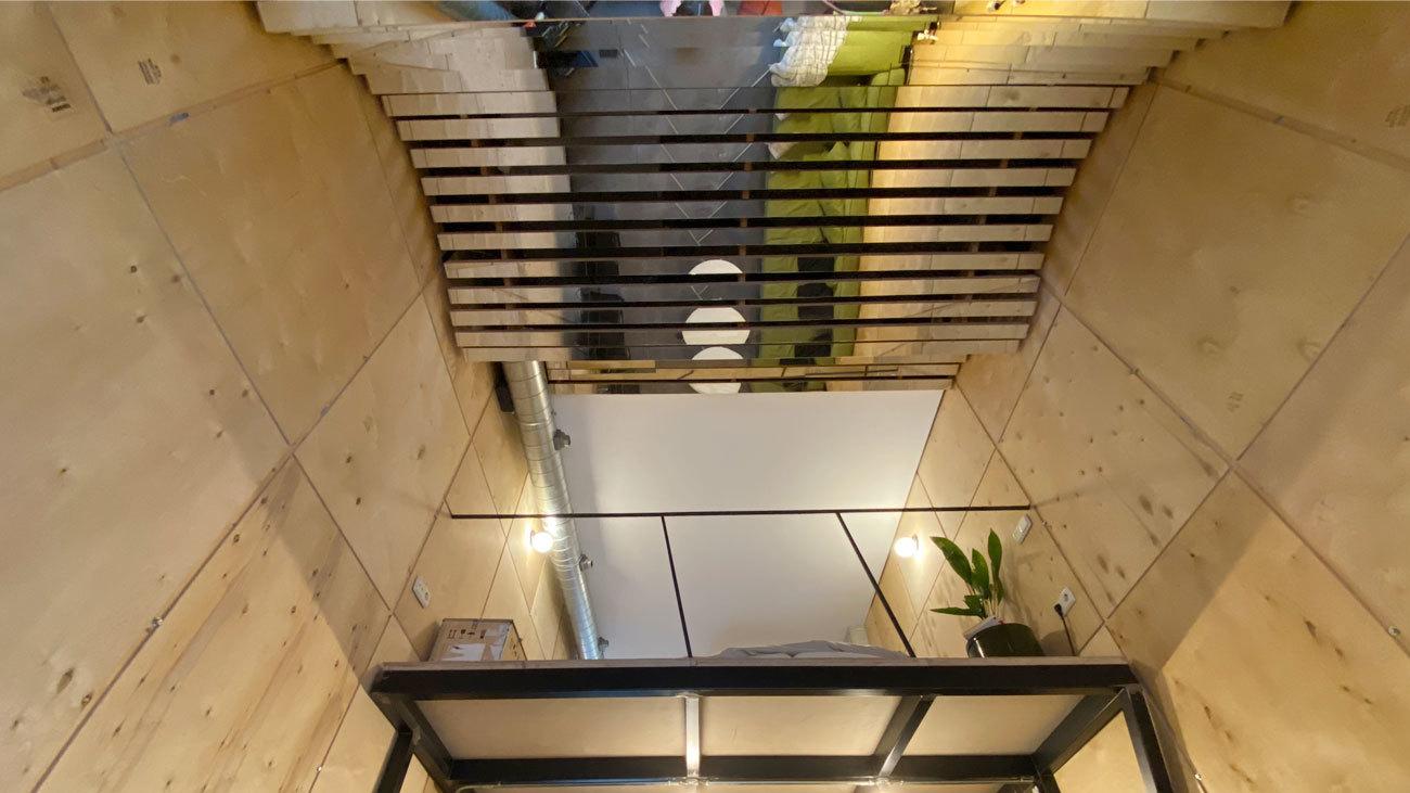 Tener un techo de espejos en casa para atrapar la luz