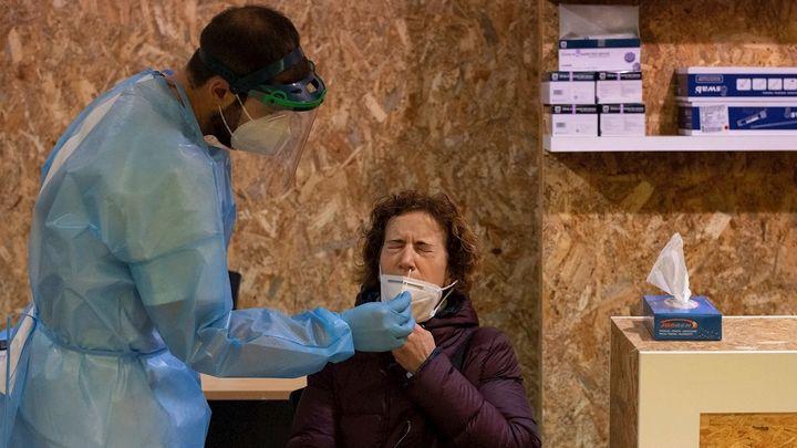 Aumentan los contagios hasta 1.504 y bajan las muertes a 23 en Madrid