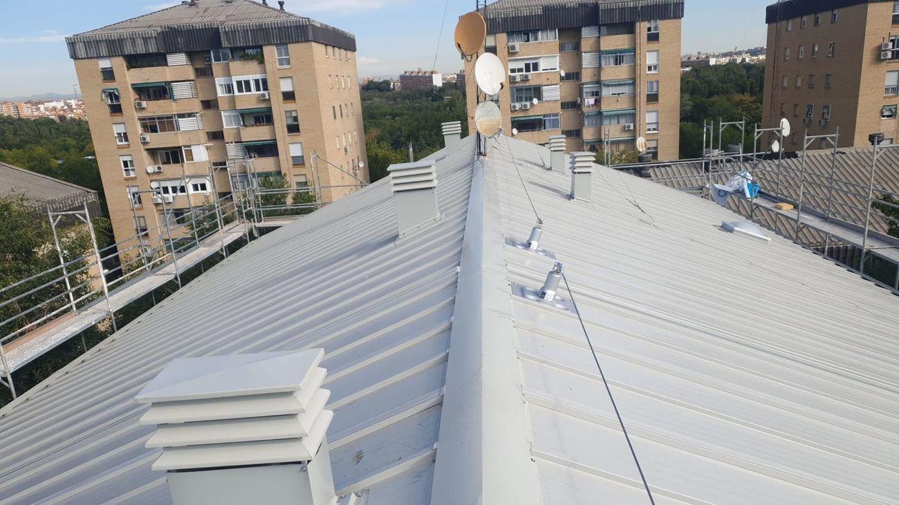 Edificios de Orcasitas (Usera) con tejados negros de amianto. En primer término uno libre ya de este material