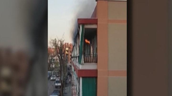 Los bomberos apagan un pequeño incendio en una vivienda de la calle San Timoteo