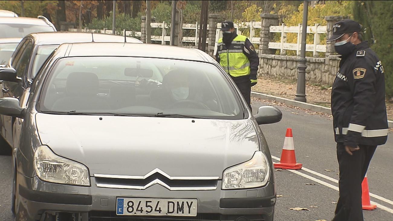 Control de la Policía Local en el acceso a una localidad de la Sierra de Guadarrama