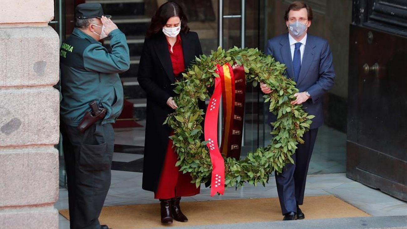 Recuerdo a las víctimas y héroes del 11M con una  corona de laurel en Sol