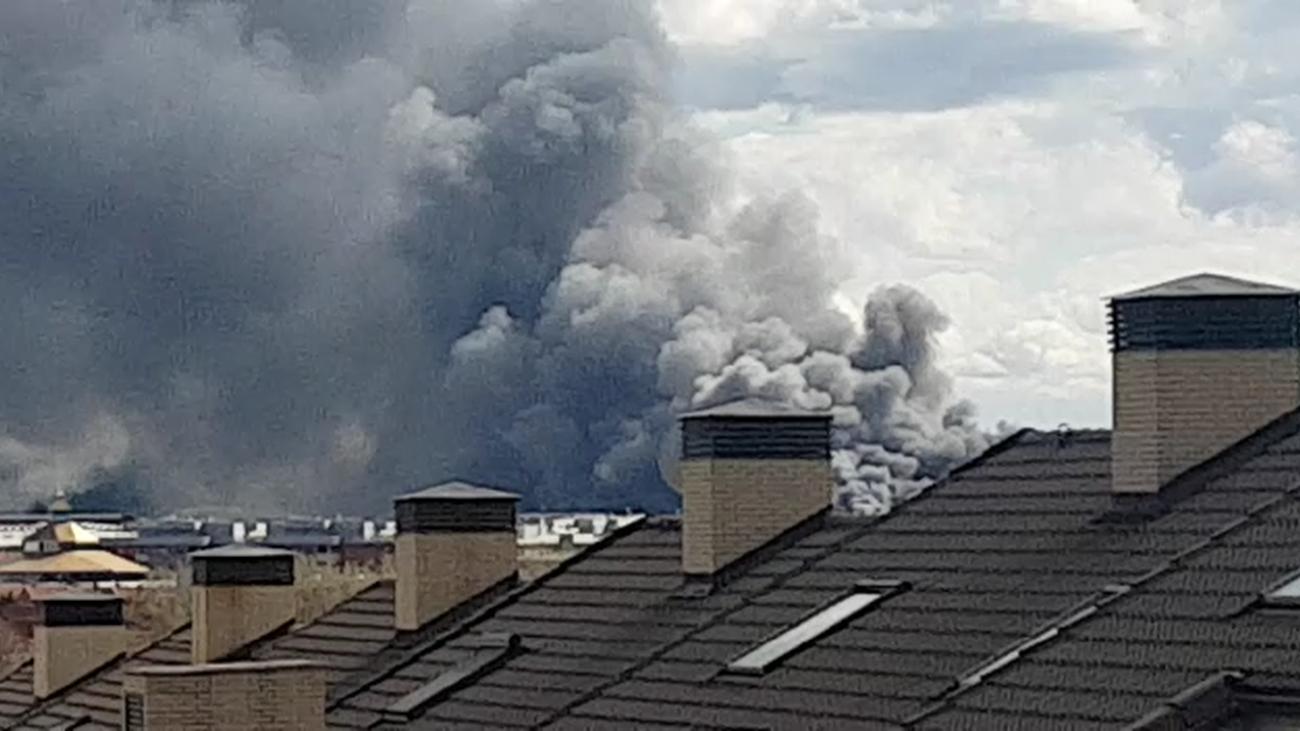 Gran incendio en Valdemoro, con una columna de humo visible desde muchos puntos de Madrid