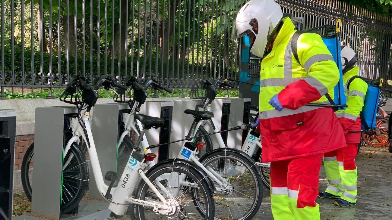 Desinfección de bicicletas en una estación de BiciMAD