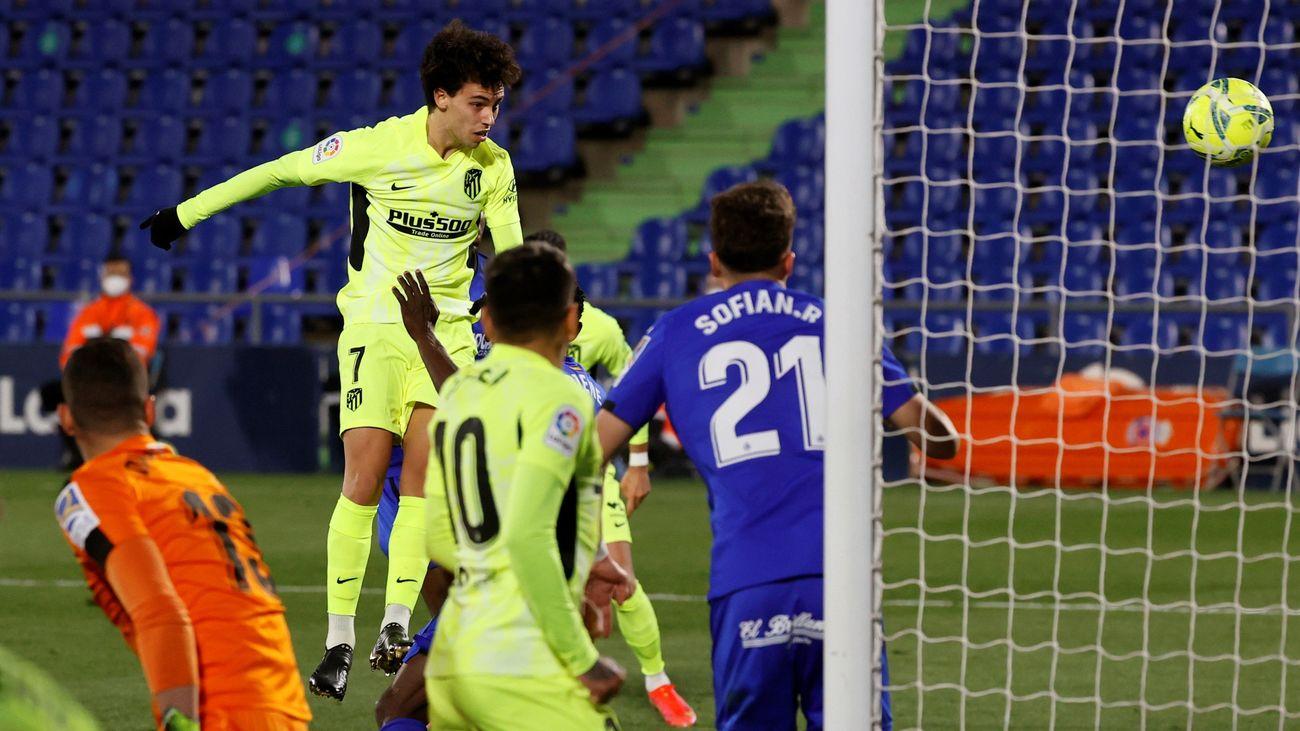 Joao Felix remata de cabeza en el gol anulado