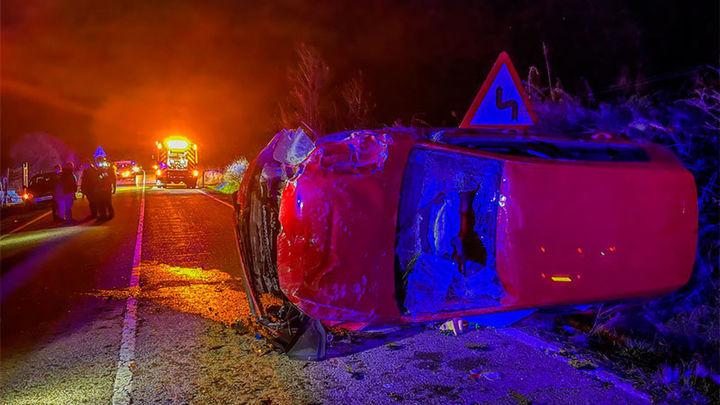 Dos jóvenes heridos al volcar su coche en Gargantila del Lozoya