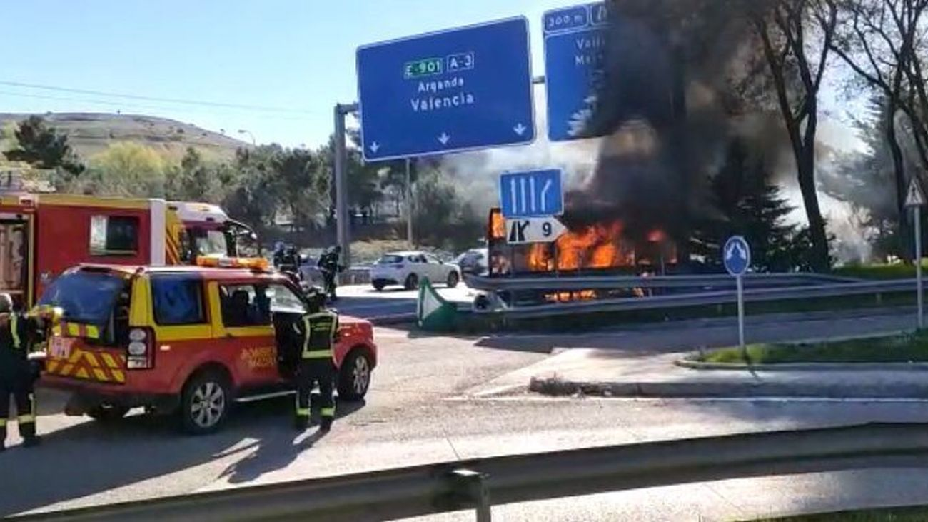 Incendio de un autobús interurbano en la A-3, a la altura de Santa Eugenia