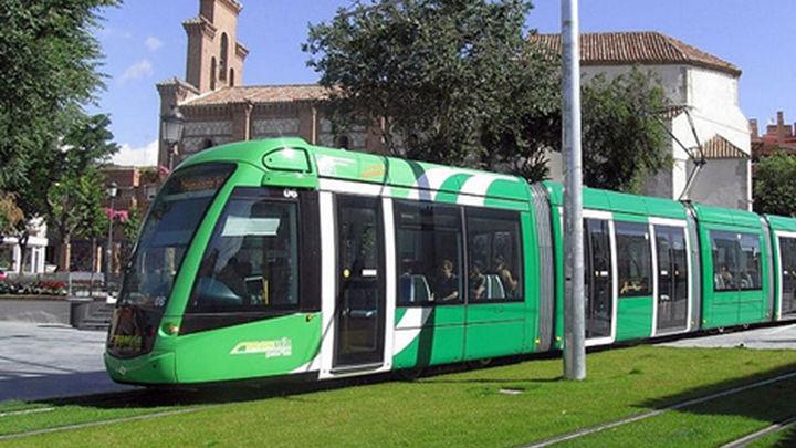 Vecinos de Parla recogen firmas para reclamar que se mejore la financiación del tranvía